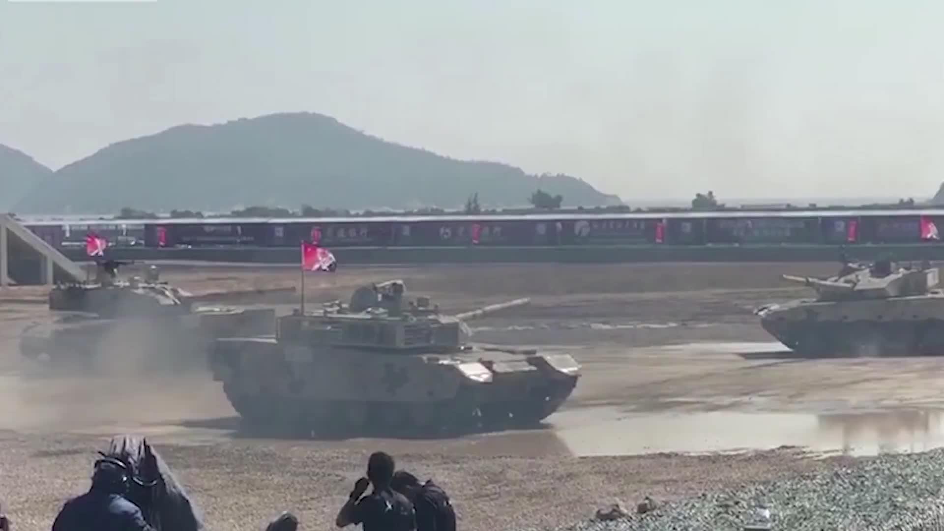 """国产坦克表演""""坦克圆舞曲""""灵活机动性能让全场惊叹"""